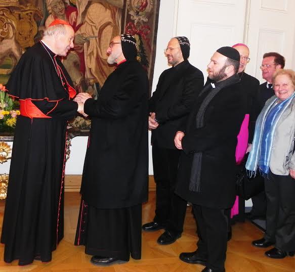 Kardinal Schönborn bei der Begrüßung des syrisch-orthodoxen Erzbischofs Mor Dionysios Isa. Foto: Claudia Schneider.