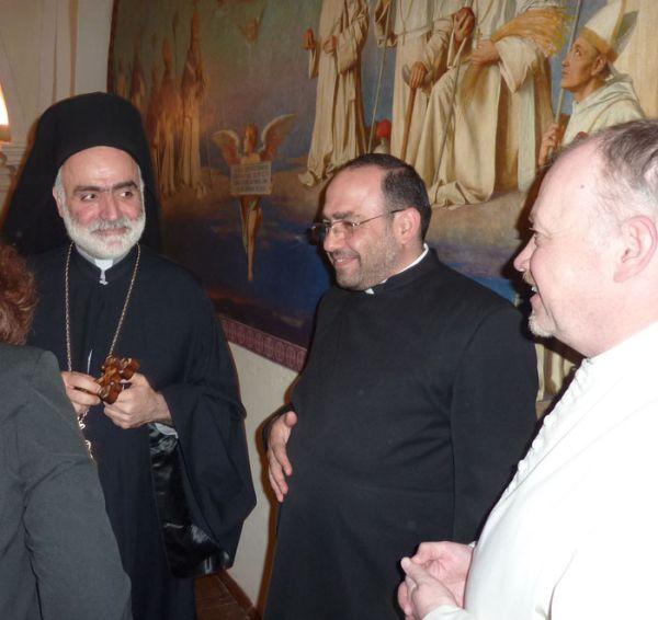 Hanna Ghoneim und Erzbischof Robert mit Prior und Kräuterpfarrer Benedikt Felsinger OPraem im Refektorium des Stiftes Geras.