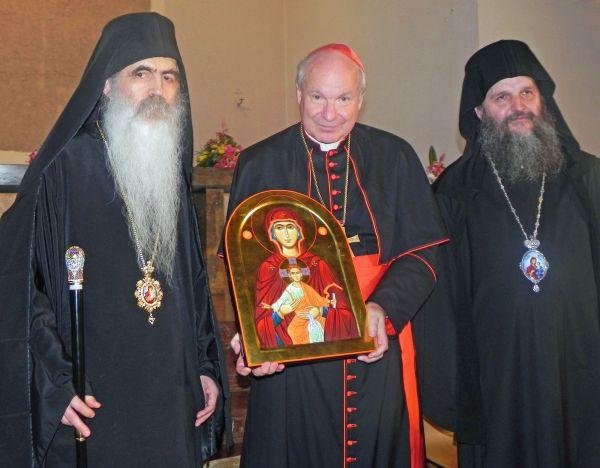 Das Bild zeigt Kardinal Schönborn zwischen dem bisherigen Administrator der serbisch-orthodoxen Eparchie Österreichs und der Schweiz, Irinej (links), und dem neuen Bischof Andrej. (Foto: Claudia Schneider)