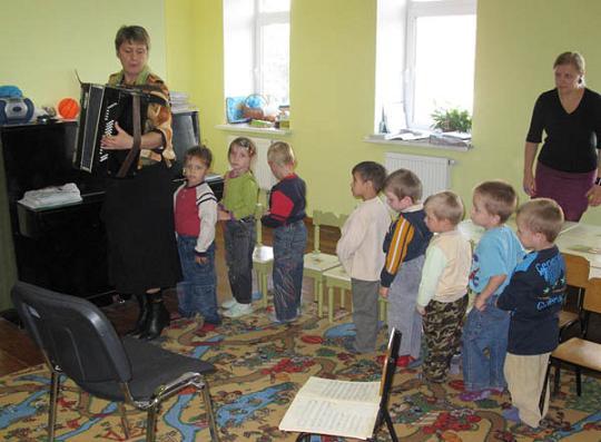 Frühförderung der Kinder in Tanz, Theater und Musik.