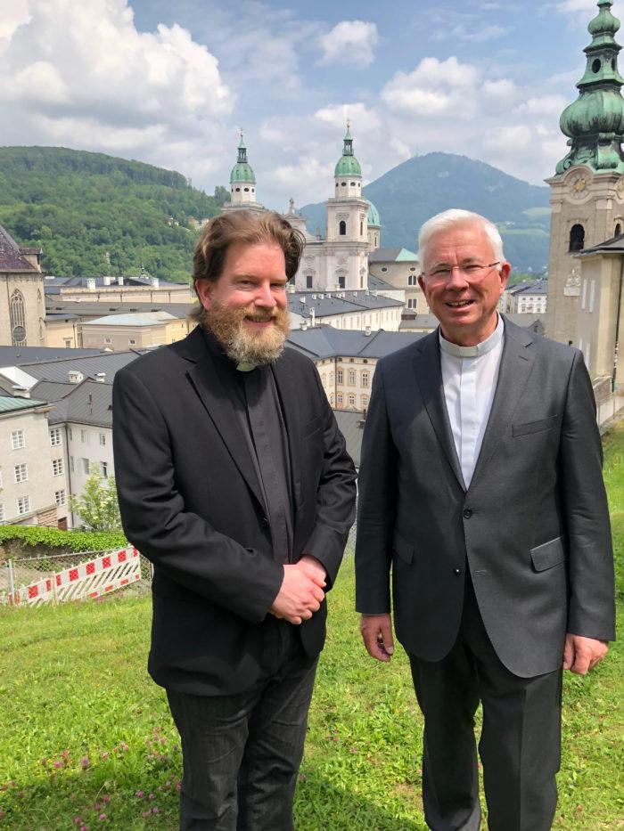 Pfarrer Ralf Peter und Erzbischof Franz Lackner OFM